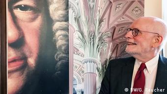 Ton Koopman neben einem Bild von Johann Sebastian Bach DW/G. Reucher)