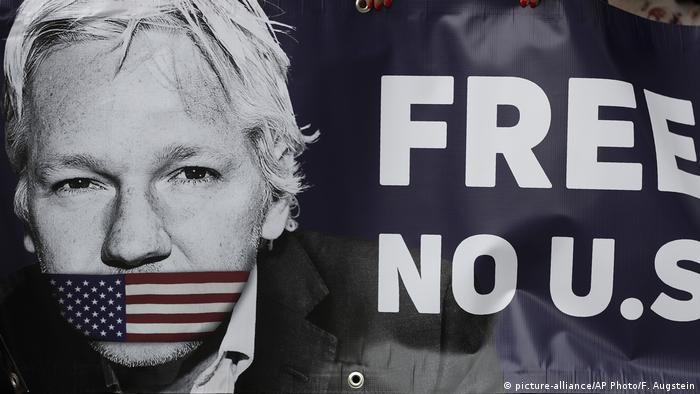 Плакат с призывом к Великобритании не выдавать Джулиана Ассанжа США