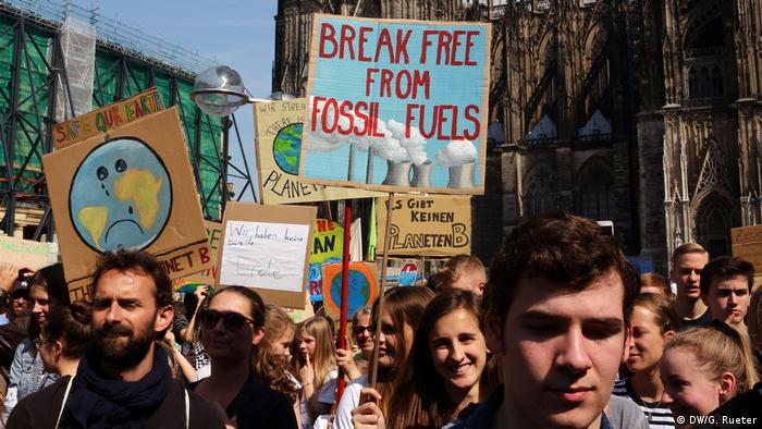 Demonstranten mit Plakat Break free from fossil fuels bei einer Fridays for Future Demonstration
