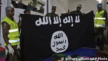 Polizeibeamte aus Sri Lanka zeigen, dass die ISIS-Flagge aus dem mutmaßlichen Versteck der Militanten in Kalmunai im Osten Sri Lankas