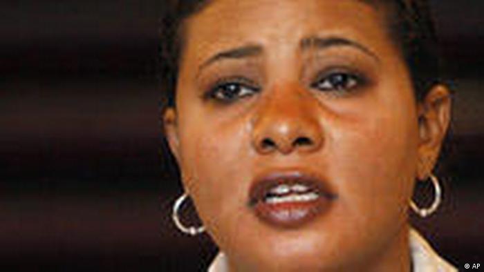 Frankreich Sudan Journalist Lubna Hussein Pressekonferenz in Paris (AP)