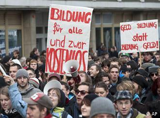 Studenten in Leipzig tragen Plakate mit den Aufschriften 'Bildung für alle und zwar kostenlos' und 'Geld Bildung statt Bildung Geld' (Foto: AP)