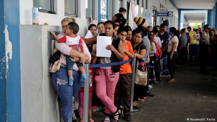 Peru Migranten aus Venezuela nutzen letzte Möglichkeit der Einreise