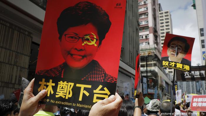 Hongkong Protest gegen Auslieferungen nach China | Plakat Carrie Lam, Regierungschefin (picture-alliance/AP Photo/V. Yu)