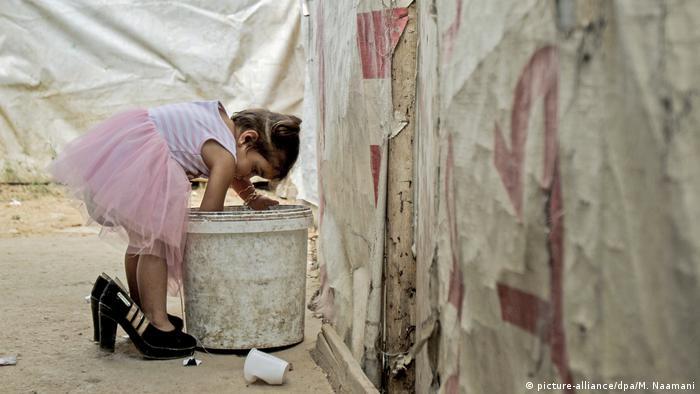 BdTD Libanon Flüchtlingslager | Flüchtlingsmädchen aus Syrien, große Schuhe (picture-alliance/dpa/M. Naamani)