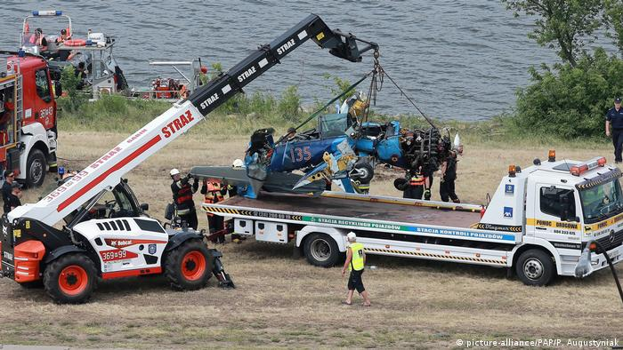 The wreck of a plane is recovered after it crashed into the Vistula River in Plock, central Poland, 15 June 2019. A German pilot was killed as his plane lost control and plunged into the Vistula River during a stunt performance at the Plock Air Picnic in Plock. (picture-alliance/PAP/P. Augustyniak)