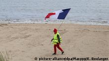 Gelbweste am Strand (picture-alliance/dpa/Maxppp/R. Boulanger)