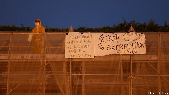 Proteste in Hongkong: Demonstrant stürzt von Gerüst in den Tod (Reuters/J. Silva)