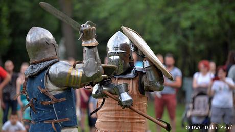 fotoreportaža Malo tuče, više krčme Održan je treći srednjovekovni festival na koji dolaze i učesnici iz regiona, a i šire. Niška tvrđava oživljava, svuda su šatori, oklopi, verižnjače, mačevi Reporterka DW je obišla ovaj neobični festival.