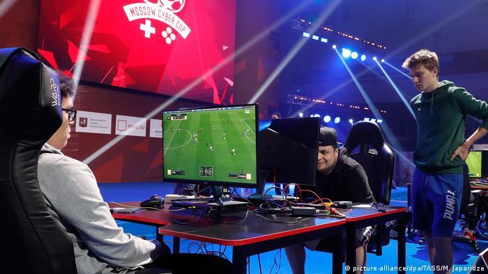 Bertaruh pada eSports dan olahraga virtual telah meningkat popularitasnya (aliansi gambar / dpa / TASS / M. Japaridze)