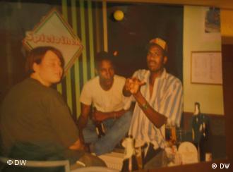 Oury Jalloh (M.) mit seinem Freund Mouctar Bah (r.) auf einer Privataufnahme mit Freunden (Foto: privat)