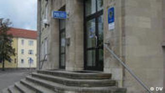 Eingangstür des Dessauer Polizeireviers (Foto: DW)