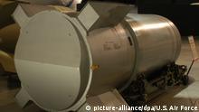 Die USA zerstören die letzte ihrer mächtigen B-53-Atombomben (undatiertes Handout) aus dem Kalten Krieg. In einer Fabrik in Amarillo (Bundesstaat Texas) sollte am Dienstag die Zerlegung der fast 5000 Kilo schweren Waffen abgeschlossen werden. Laut Agentur Bloomberg handelt es sich um die zerstörerischste Waffe aus dem gesamten US-Arsenal. Wie die Vereinigung amerikanischer Wissenschaftler (Federation of American Scientists) auf ihrer Webseite angibt, besaß die B-53 mit dem Gewicht eines Kleinbusses eine 600 mal größere Sprengkraft als die Hiroshima-Bombe. Foto: U.S. Air Force (ACHTUNG: Verwendung nur zu redaktionellen Zwecken) |