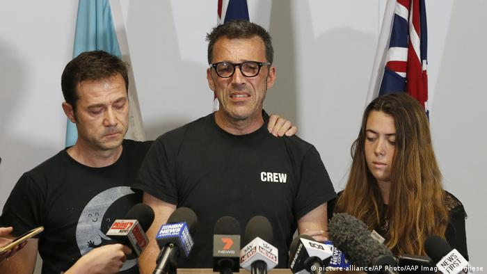 Laurent Hayes (center) the father of missing 18-year-old Belgian backpacker Theo Hayez, speaks at a press conference in Tweed Heads in Australia (picture-alliance/AP Photo/AAP Image/R. Varghese)