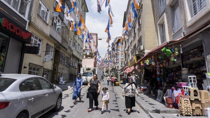 En 2018, Turquía celebró una de las elecciones más importantes de la historia moderna del país. El 24 de junio, Erdogan comenzó un nuevo mandato de cinco años. Turquía está entrando en una nueva era, dijo a los miembros de su Partido de la Justicia y el Desarrollo (AKP) el día en que volvió a prestar juramento como presidente.