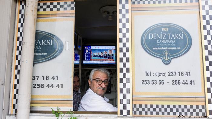 Erdogan es un héroe local en Kasimpasa, alguien como ellos que llegó a la cima. Aunque ya no es exactamente uno de ellos, como dicen algunos de sus oponentes. Pero para los locales nada ha cambiado. ¿Por qué votan por él? Porque lo amamos, aseguró un vecino que le dio su apoyo.