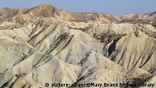 Bare ridges of eroded sandstone in the badlands of the Tabernas Desert Europes only true desert Almeria province, Andalusia, Spain | Keine Weitergabe an Wiederverkäufer.