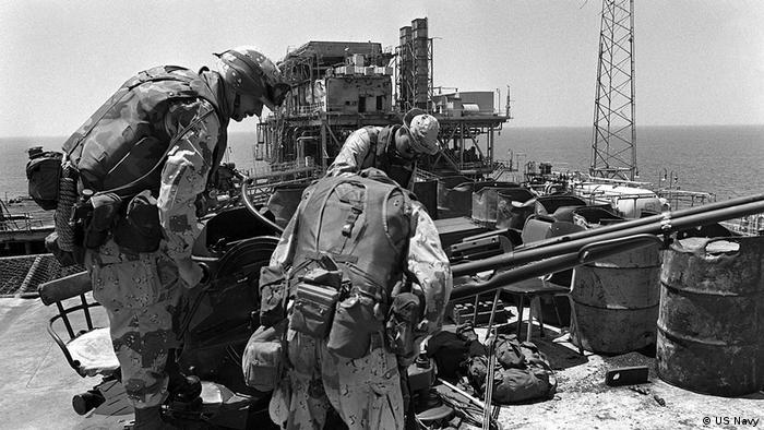 عملیات با دو گروه سطحی و هماهنگی نیروی هوایی آمریکا از ناو هواپیمابر یواس اس انترپرایز آمریکا آغاز شد. گروهی به همراه دو ناوشکن و یک کشتی تدارکاتی آبی-خاکی به یک سکو در میدان نفتی سلمان (عکس) هجوم بردند، گروه دیگر هم که شامل یک ناو موشک انداز و دو ناوچه بود به سکویی در میدان نفتی ساسان حمله کردند.