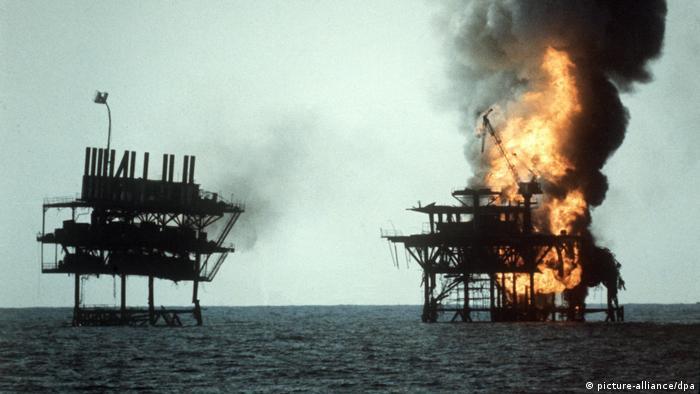 در عملیات آخوندک نیروهای آمریکا دو سکوی نفتی ایران در خلیج فارس را منهدم شدند. این عملیات بزرگترین درگیری دریایی آمریکا از زمان جنگ جهانی دوم به بعد بود. در این عملیات ۵۶ تن از نیروهای ایرانی و ۲ تن آمریکایی بر اثر سقوط هلیکوپتر جان باختند.
