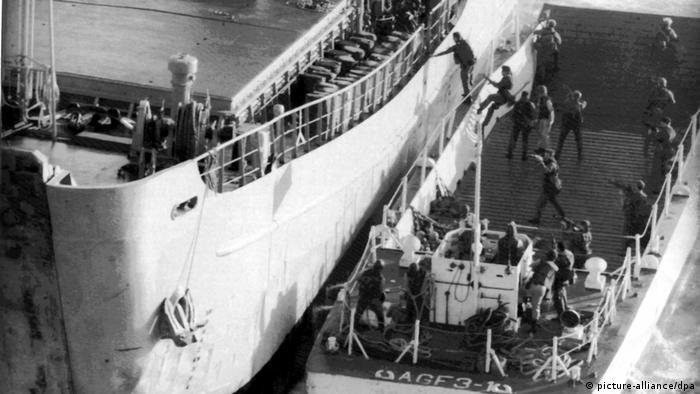 در ۲۲ اوت سال ۱۹۸۷ وزارت دفاع آمریکا اعلام کرد که یک کشتی باری ایرانی با نام ایران اجر را که مشغول مینگذاری بوده توقیف کرده و ۲۶ نفر از خدمه آن را هم به اسارت گرفته است. دست کم سه نفر از خدمه ایرانی کشتی هم در جریان حمله هلیکوپترهای آمریکایی و توقیف آن کشته شدند.