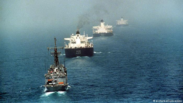 Konvoj brodova na pučini sa crnim dimom iz dimnjaka
