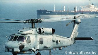 Американский вертолет сопровождает нефтяной танкер в Персидском заливе