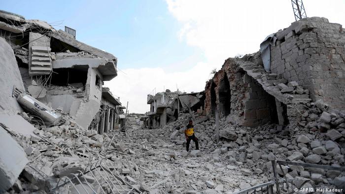 Разрушения в городе Ихсим в провинции Идлиб после налета авиации
