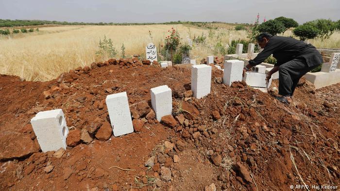 Могилы убитых мирных жителей в Идлибе