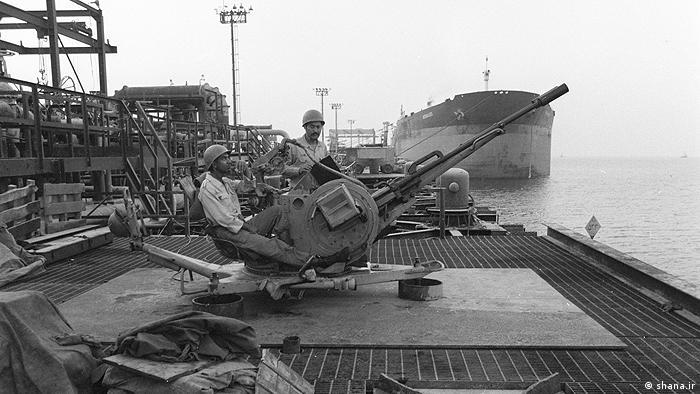 از آوریل ۱۹۸۵ (فروردین ۱۳۶۴) حملات عراق با شدت و قدرت بسیار بیشتر همراه شد و تأسیسات جزیره خارک هدف اصلی حملات هوایی جنگندههای عراقی شد. در پی حملات ماههای اولیه خسارتهای بسیار سنگینی به پایانههای نفتی جزیده خارک وارد شد.