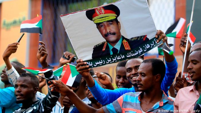 Army supporters hold up a poster of General Abdel Fattah Burhan (Getty Images/AFP/A. Shazly)