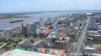 Mosambik Hauptstadt Maputo mit Blick auf den Hafen (picture-alliance/L. Trankovits)