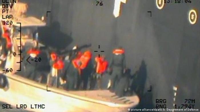 US Iran - Dieses am 17. Juni 2019 vom US-Verteidigungsministerium zur Verfügung gestellte Foto wurde von einem Hubschrauber der US-Marine aufgenommen und zeigt nach Angaben der Marine angeblich, wie Mitglieder der iranischen Revolutionsgarden eine nicht explodierte Haft-Mine von der Bordwand des Tankers «Kokuka Courageous» entfernen (picture-alliance/dpa)