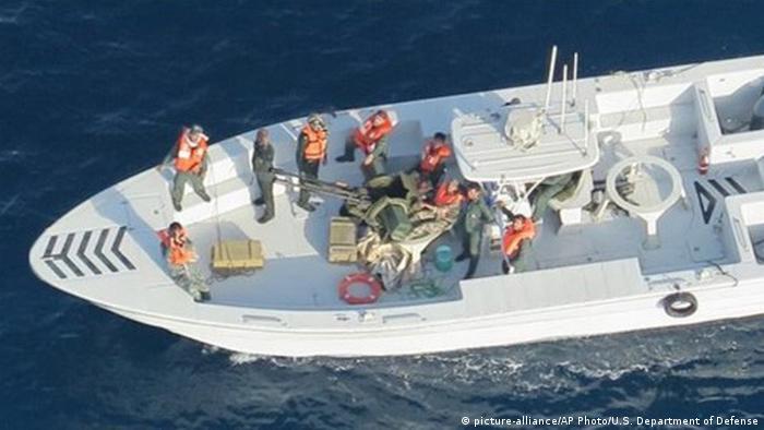 تصویری از قایق سپاه پاسداران ایران بعد از برداشتن مین از نفتکش که توسط پنتاگون منتشر شده است