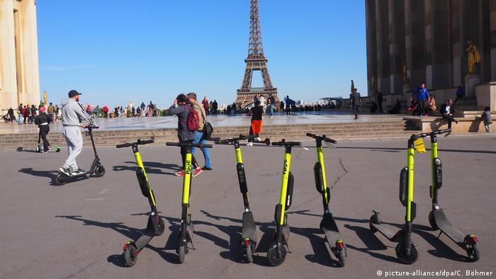 В Париже электросамокаты нередко становятся причиной хаоса