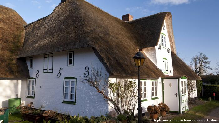 Reetgedecktes traditionelles Haus auf Amrum (picture-alliance/chromorange/K. Niehus)