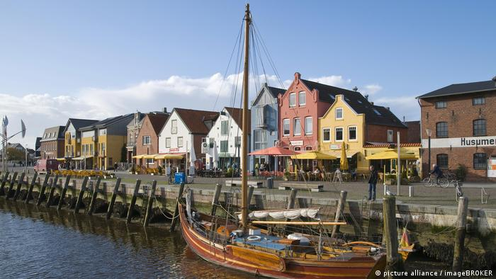 A boat and colorful houses on a waterfront