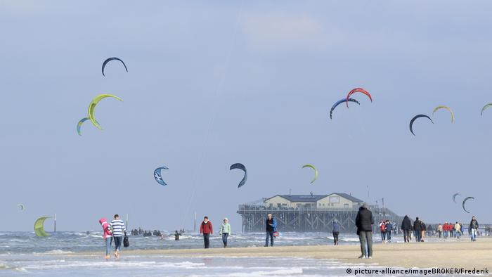 Holidaymakers and Kitesurfers on the beach at St Peter-Ording, (picture-alliance/imageBROKER/Frederik)