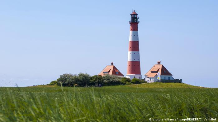 Lighthouse at Westerhever, with salt flat meadows (picture-alliance/imageBROKER/C. Vahldiek)