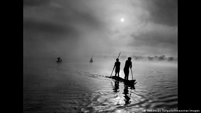 Sebastiao Salgado Waura-Indigene am Piulaga-See