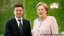Deutschland Merkel empfängt Selenskyj mit militärischen Ehren im Kanzleramt