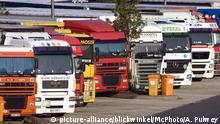 Deutschland Parkende LKWs auf einem Rastplatz an der A3