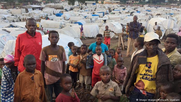 Wohin flüchten die meisten Flüchtlinge? Fast ein Drittel der Flüchtlinge befindet sich in Afrika, rund ein Viertel in Europa, ein Fünftel in Asien und dem pazifischen Raum, der Rest im Nahen Osten sowie in Nord- und Südamerika. Die größte Flüchtlingsbevölkerung lebt mit 3,5 Millionen Menschen in der Türkei. Der Libanon nahm gemessen an der eigenen Bevölkerungsgröße die meisten Menschen auf, jeder sechste Einwohner dort ist ein Flüchtling.