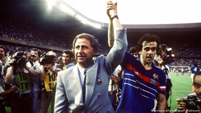 Michel Hidalgo and Michel Platini arm in arm after winning the 1984 European Championship final against Spain at the Parc des Princes stadium in Paris. (picture-alliance/dpa/P. Robinson)