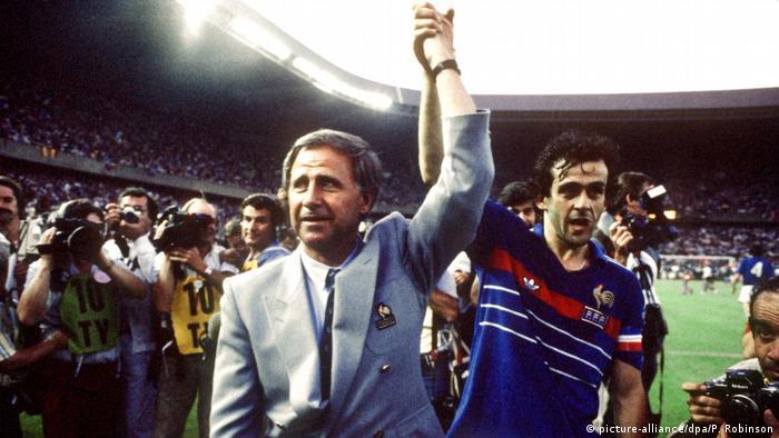 """También con el """"Equipe tricolore"""" Platini celebró un gran éxito. Como asistente de su entrenador Michel Hidalgo (izquierda) dirigió el juego de la selección francesa y logró el título del Campeonato Europeo de 1984."""