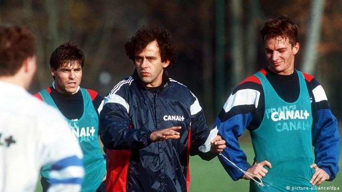 Now coach, Michel Platini talks to players during a 1998 training session with the French national team. (picture-alliance/dpa)