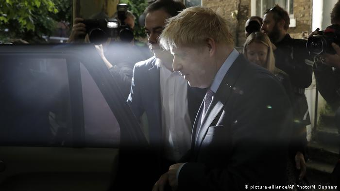 Boris Johnson leaves home and gets into his car in south London (picture-alliance/AP Photo/M. Dunham)