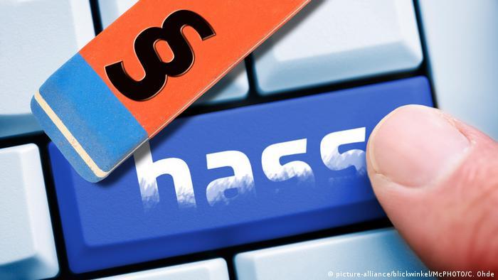 """Jemand drückt auf einer Computertastatur auf eine Taste mit der Aufschrift """"Hass"""" (picture alliance/blickwinkel/McPHOTO/C. Ohde)"""