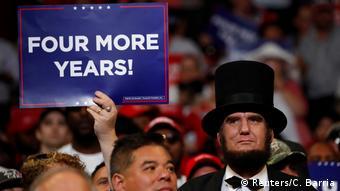 Τέσσερα ακόμα χρόνια, αναγράφεται σε πλακάτ οπαδού του Τραμπ