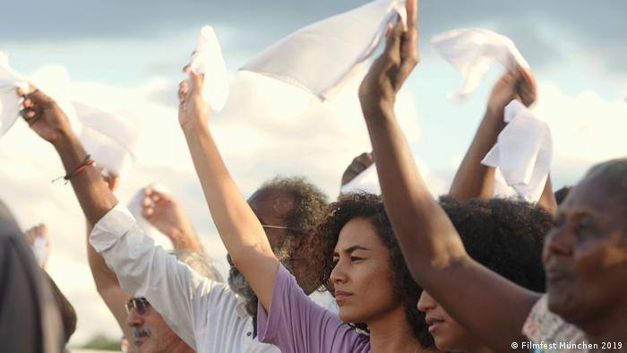 People hold up white flags in a still from Bacurau (Filmfest München 2019)