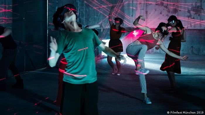 Szene aus dem Kurzfilm in der Reihe Virtual Worlds: Afterimage for Tomorrow: Darsteller tanzen in einem Raum mit Flash-Light (Filmfest München 2019)